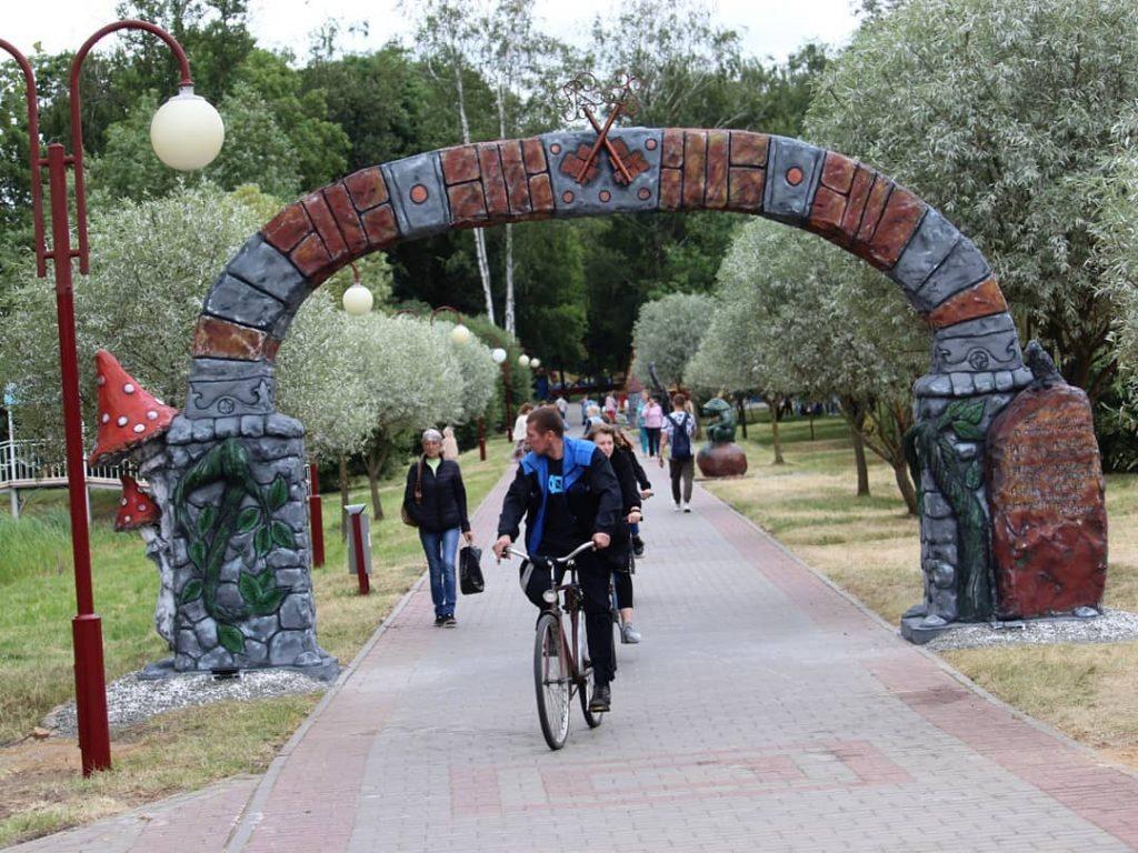 В Лидском городском парке открылась галерея скульптур «Сказочная карусель».
