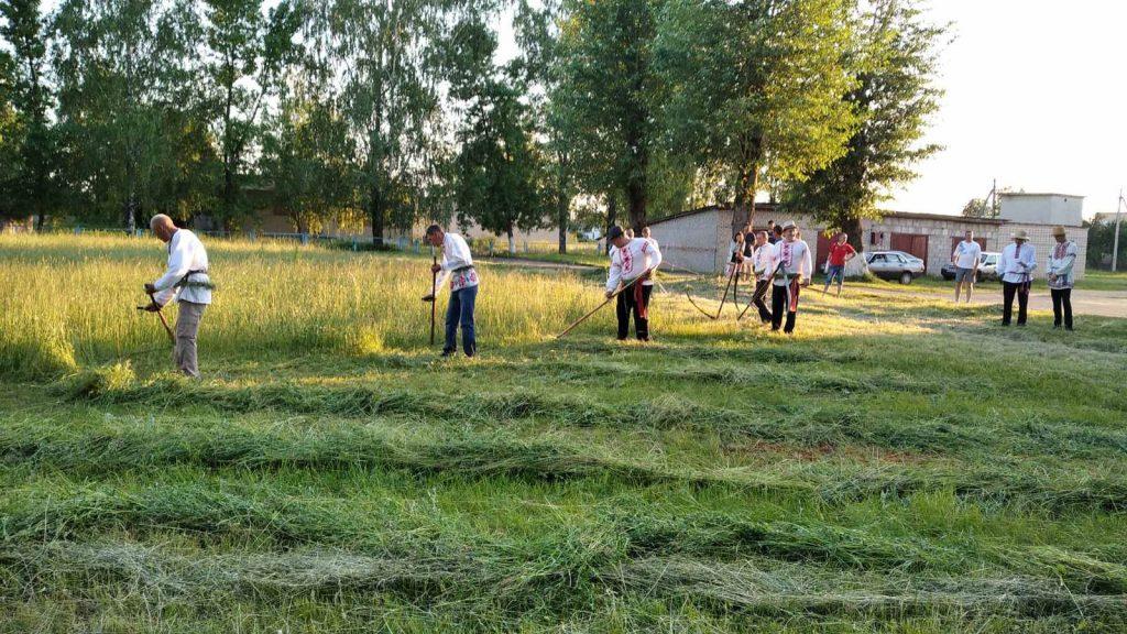 Районный конкурс косьбы «Звініць каса – жыве вёска» состоялся в Лидском районе.