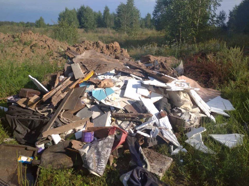 В лидских лесах в фотоловушки попались нарушители, которые вывозили строительный и бытовой мусор в лес